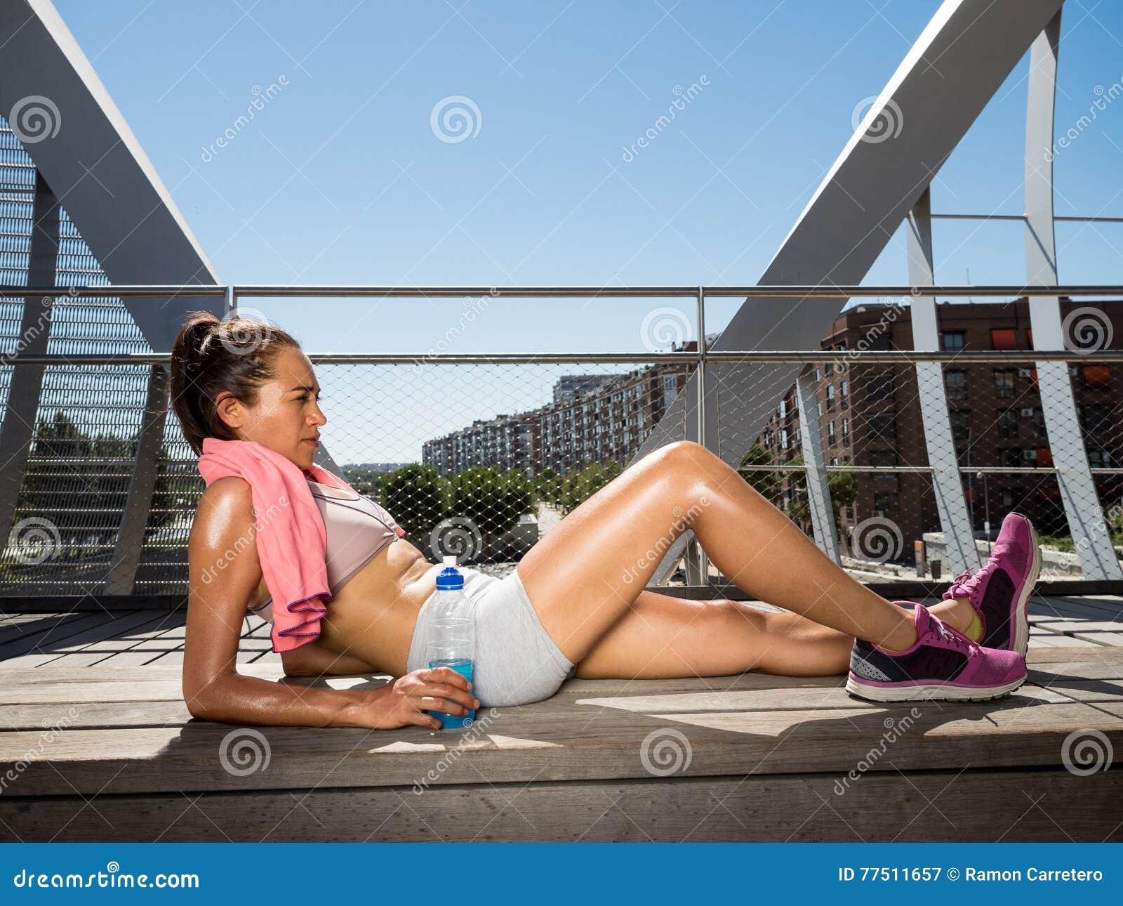 Nach der Herstellung eines großen effor weiblicher Läufer entspannte sich das Lügen und das Stillstehen