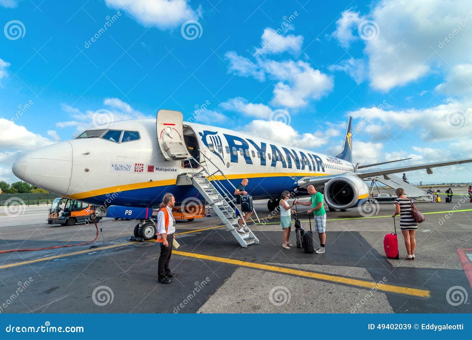 Download Nach Der Landung In Pisa-Flughafen, Italien Passagiere Steigen Ryanair-Jet-Flugzeug Aus Dem Flugzeug Redaktionelles Stockbild - Bild von strahl, gelandet: 49402039