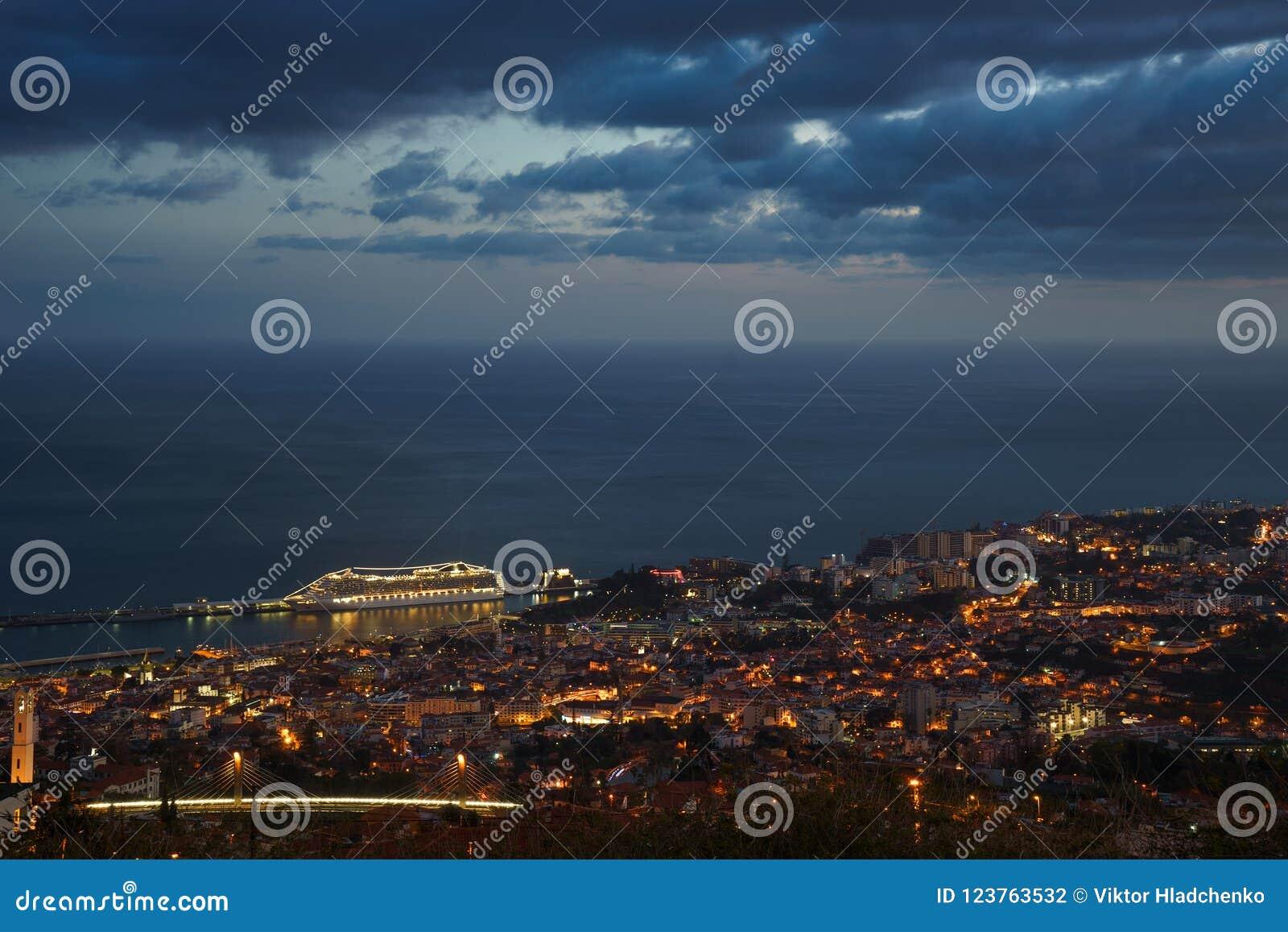 Nach Sonnenuntergangpanoramablick nach Funchal mit Atlantik und Kreuzschiff, Madeira