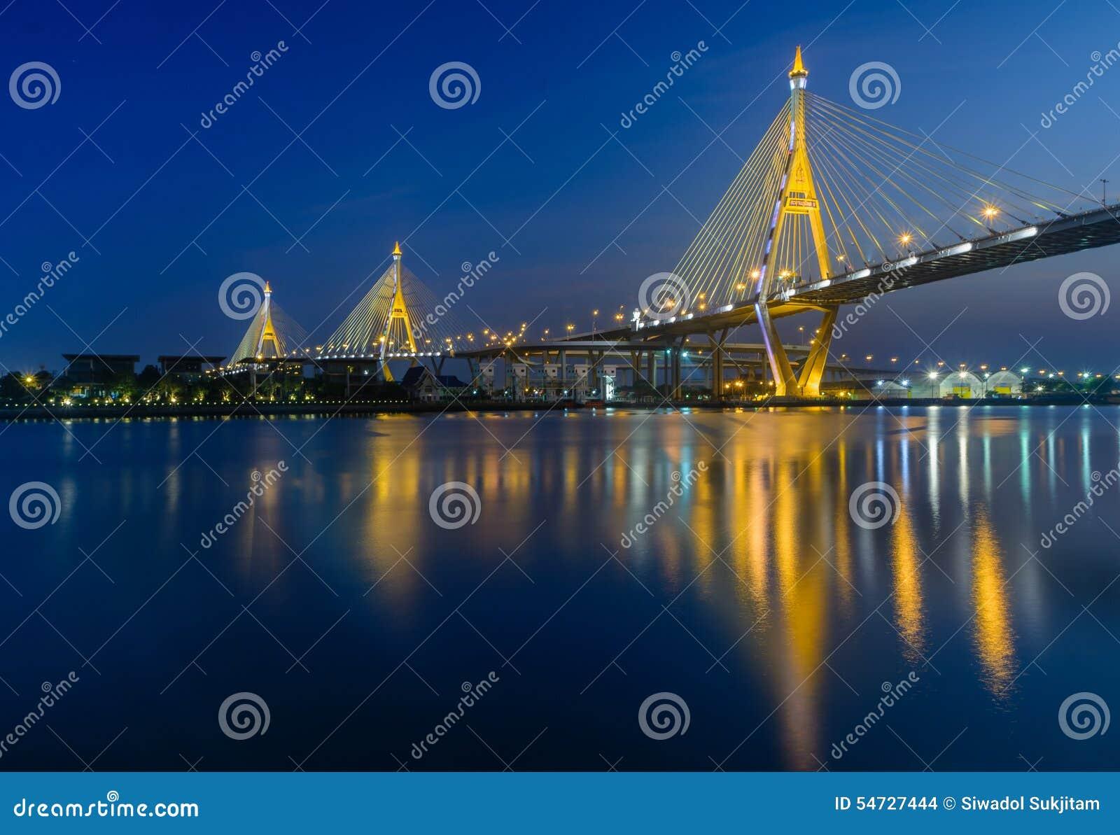 Nach Sonnenuntergangzeit an bhumibol Brücke