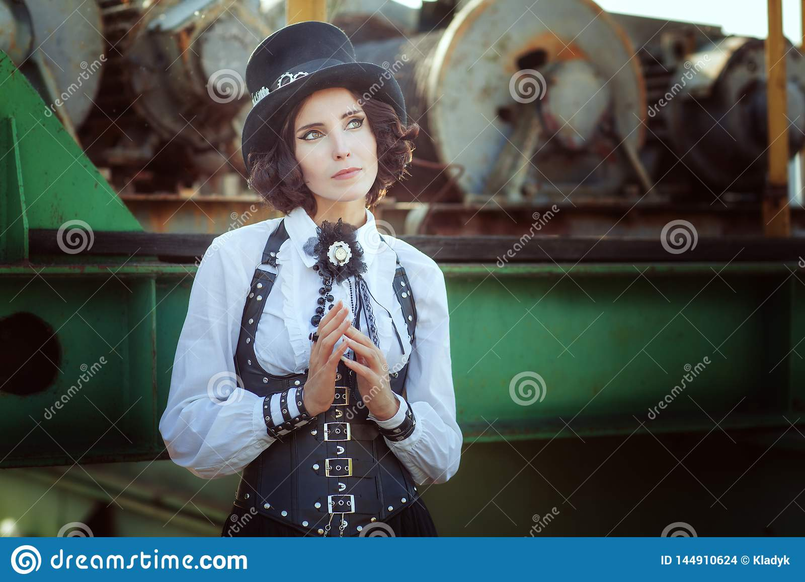 Nachdenkliches Mädchen im Stil des steampunk