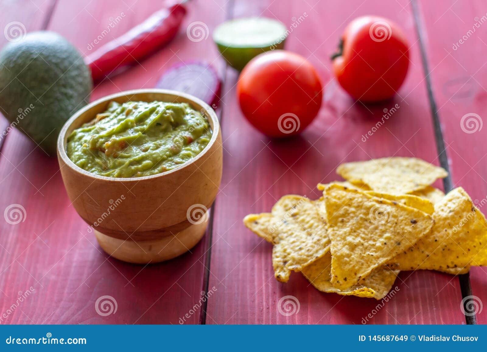 Nachos de guacamole et de pommes chips Fond rouge Cuisine mexicaine