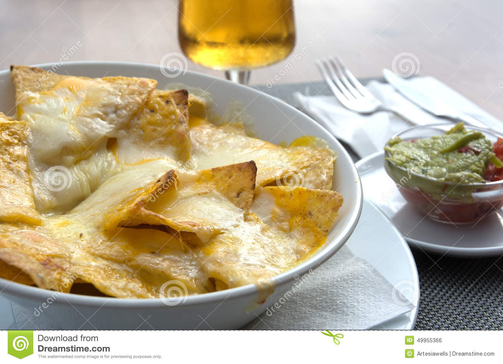 Uitzonderlijk Nachos met gesmolten kaas stock foto. Afbeelding bestaande uit  @HC96