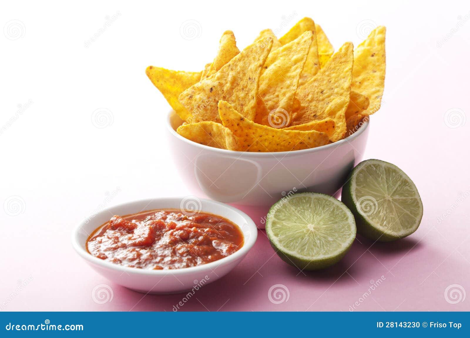 Nachos, salsa och limefrukt