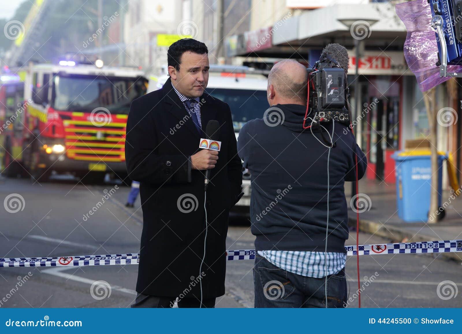 Nachrichtenkorrespondent liefert eine Live Nachrichtensendung
