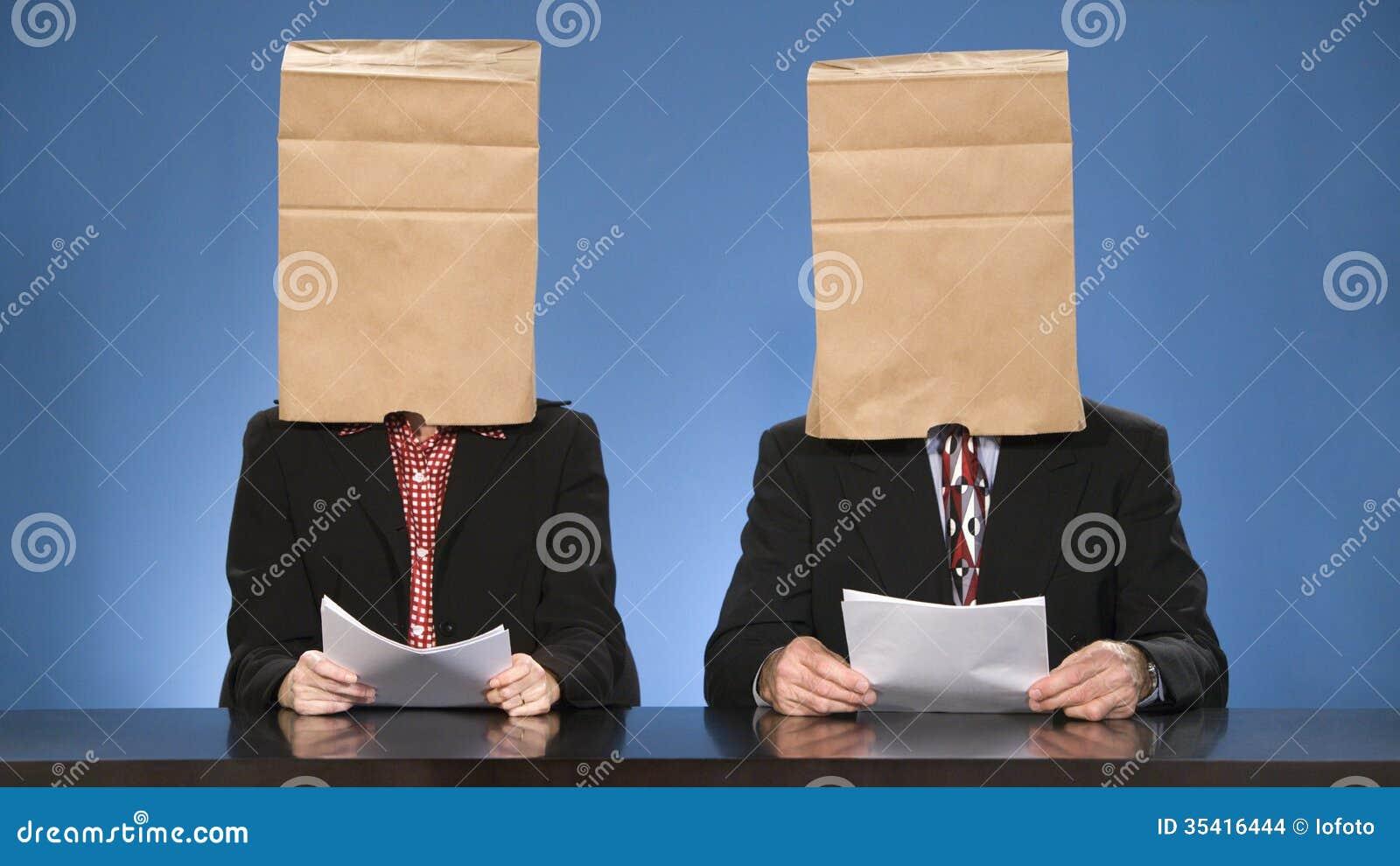 Nachrichtensprecher geblendet durch Taschen.