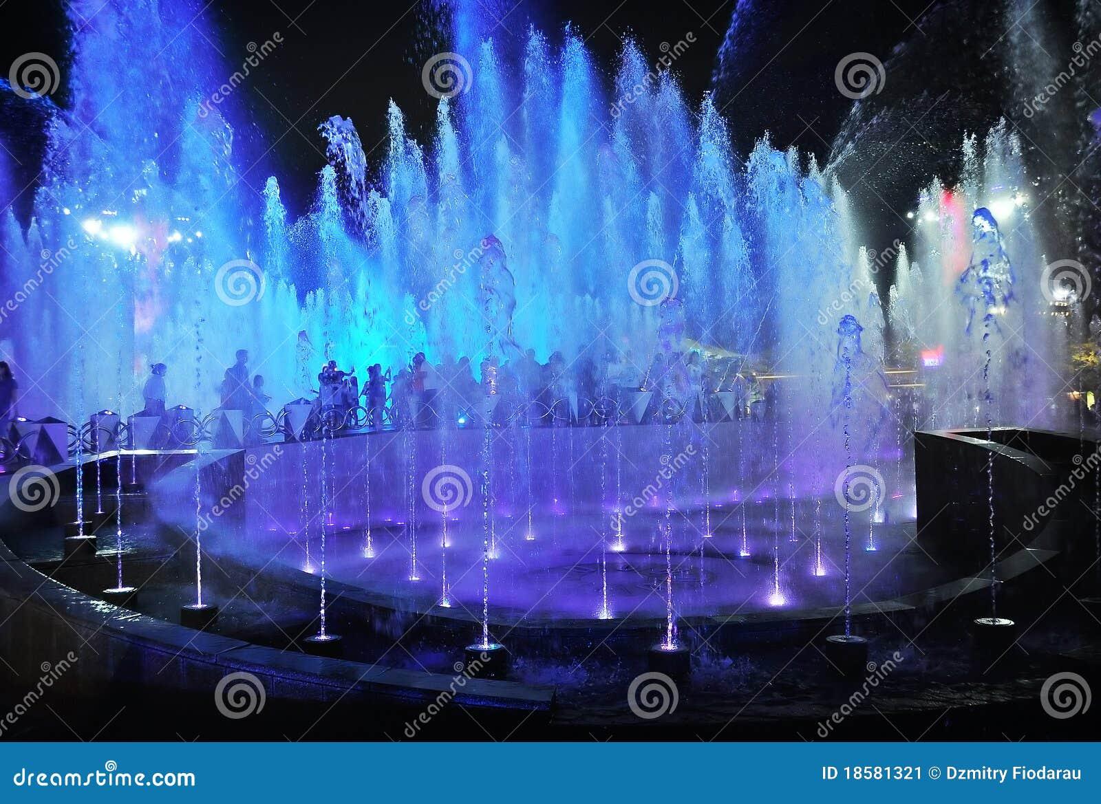 Nacht belichtete Brunnen