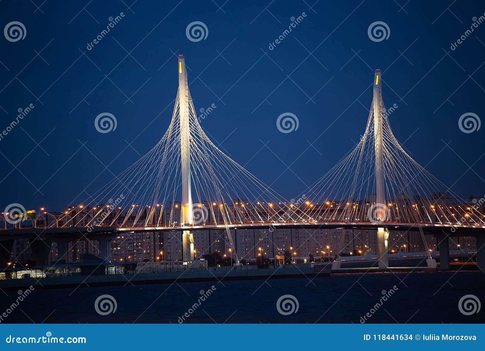 Nacht-lightinig der Schrägseilbrücke der Westlandstraße in St Petersburg