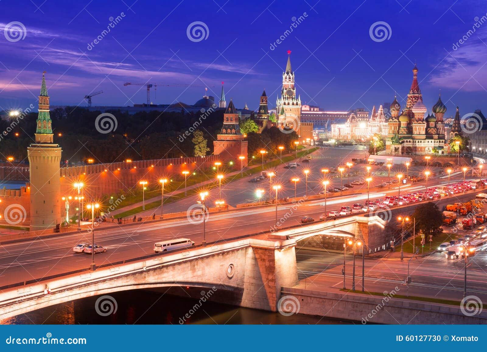 Nacht luchtpanorama aan de Brug van Bolshoy Moskvoretsky, torens van Moskou het Kremlin en Heilige Basil Cathedral