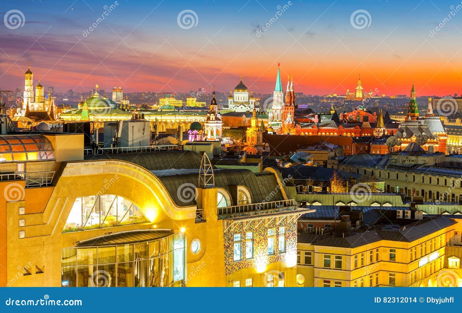 Nacht Moskou, type aan Moskou het Kremlin, Christus de Verlosserkathedraal, de klokketoren van St John Groot, de universiteit en
