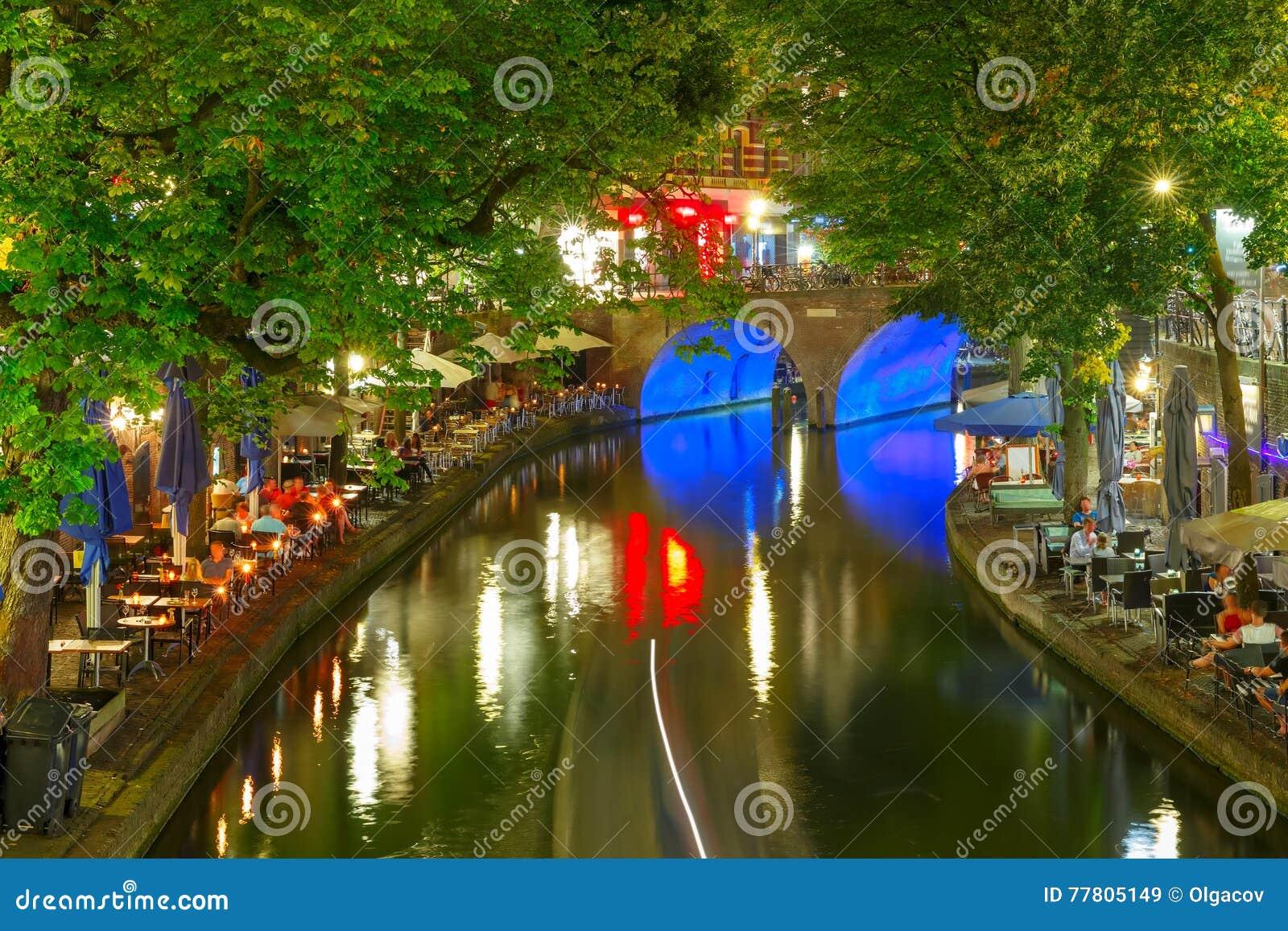 Nacht Oudegracht En Brug, Utrecht, Nederland Stock Afbeelding ...