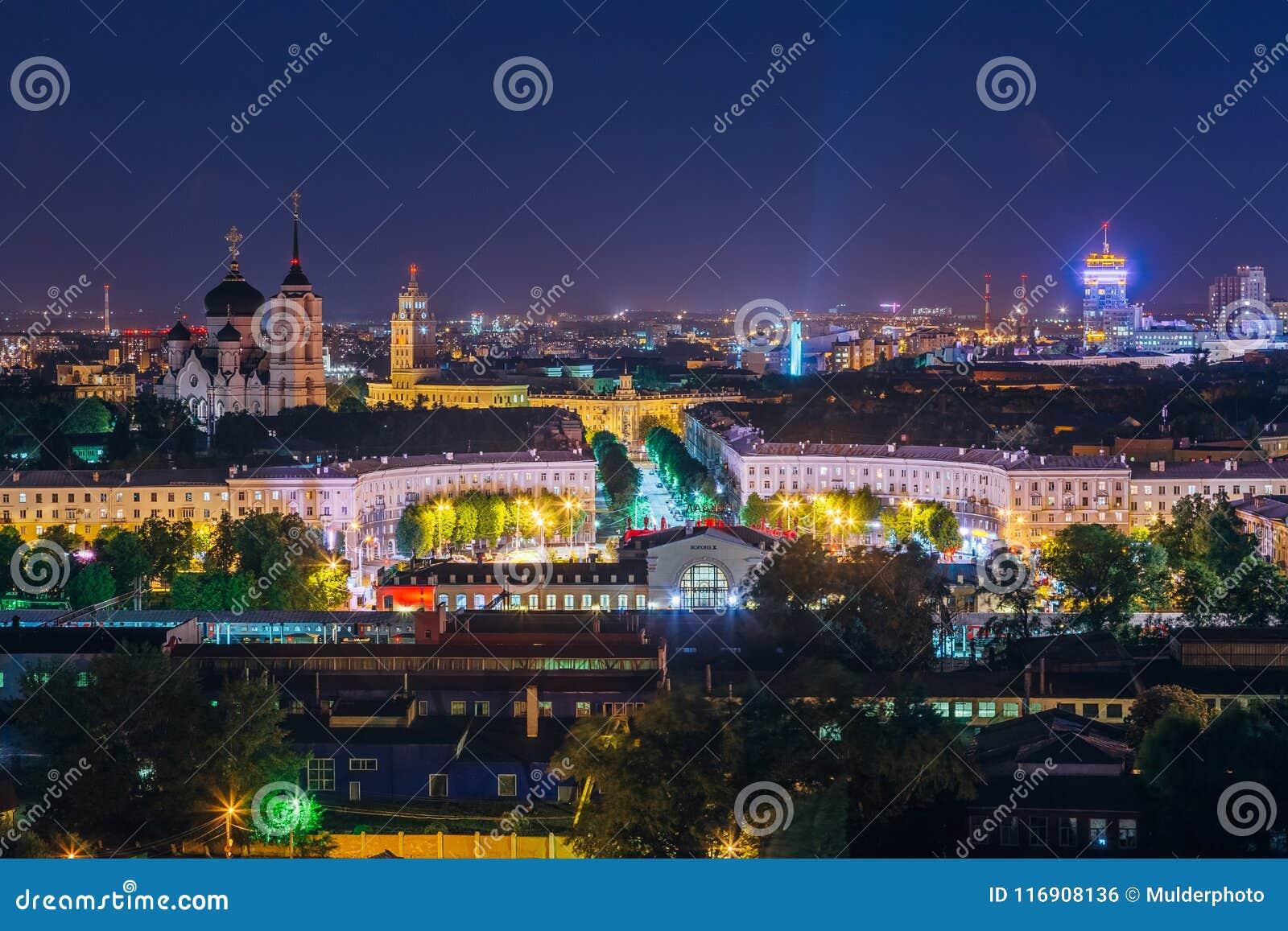 Nacht Voronezh van de binnenstad Mening aan Voronezh-station, Zuidoostelijke spoorweg hoofdgebouw en Aankondigingskathedraal