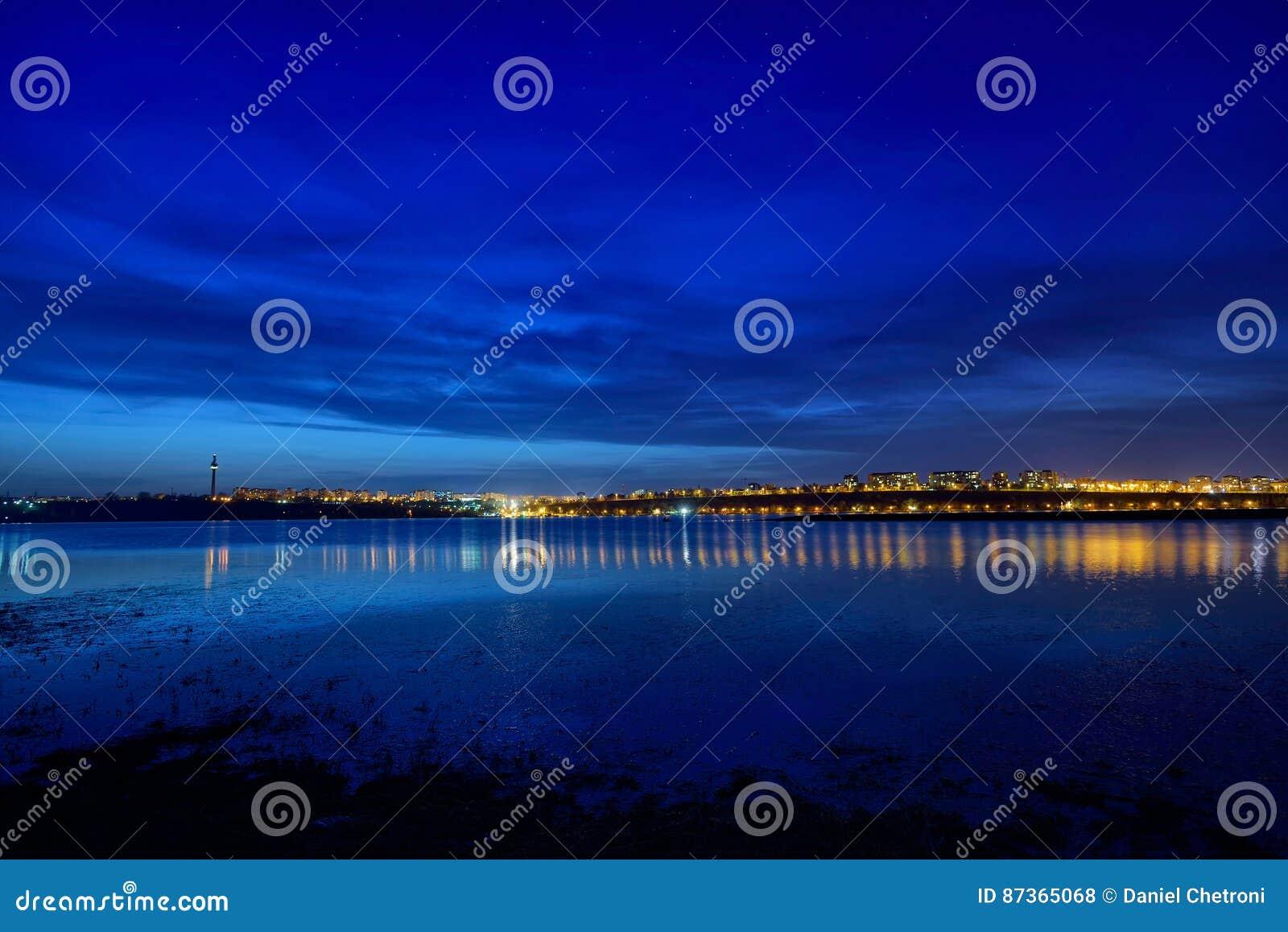 Nachtansicht an der blauen Stunde von Galati-Stadt, Rumänien mit Reflexionen