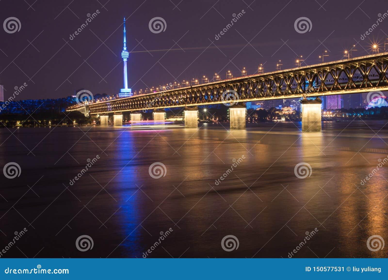 Nachtansicht der der Jangtse-Brücke in Wuhan, Hubei, China, Guishan Fernsehturm, der Jangtse