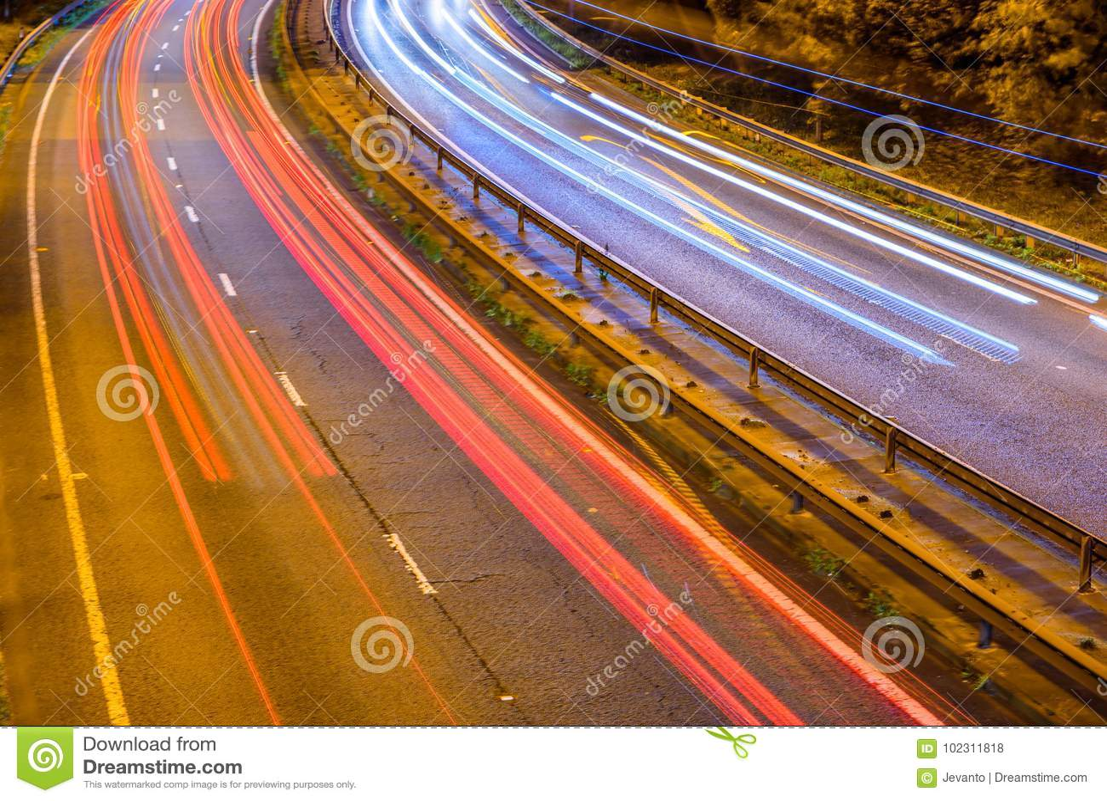 Nachtansicht des BRITISCHEN Autobahn-Landstraßen-Verkehrs