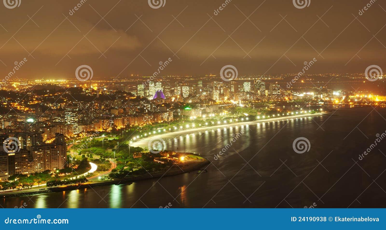 Nachtansicht des Flamengo Strandes und des Bezirkes in Rio d