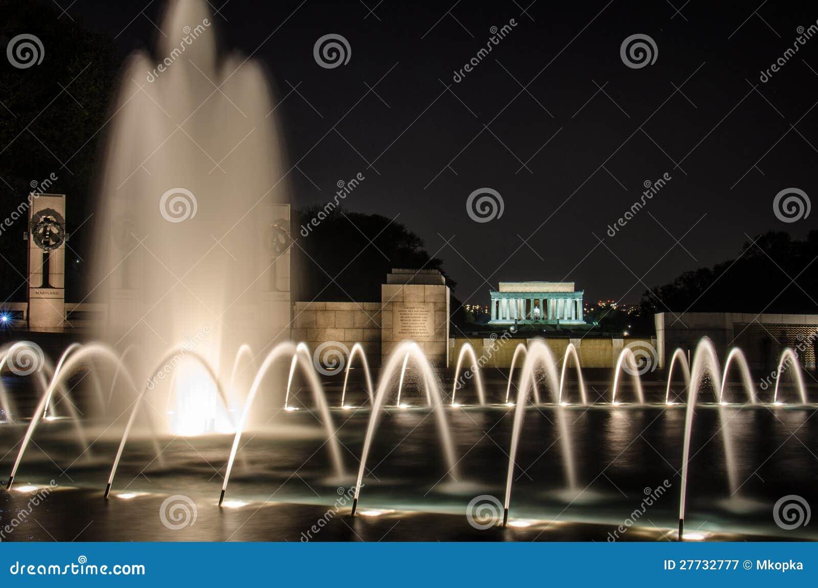 Nachtansicht des Weltkrieg-Denkmals mit Lincoln