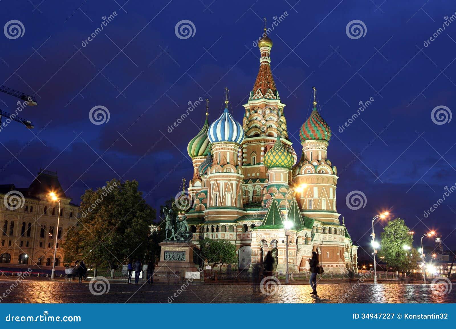 Nachtansicht von Fürbitte-Kathedralen-St.-Basilikum auf rotem Quadrat,