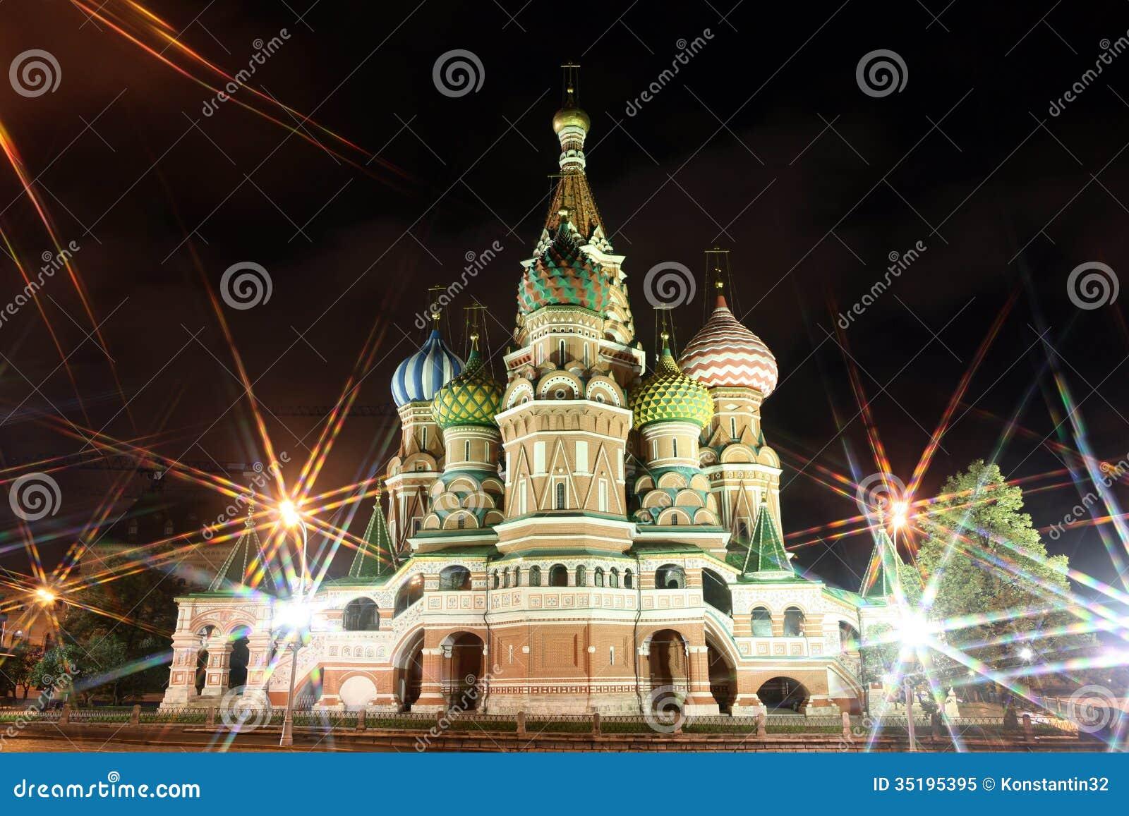 Nachtansicht von Fürbitte-Kathedralen-St.-Basilikum durch Strahlen O