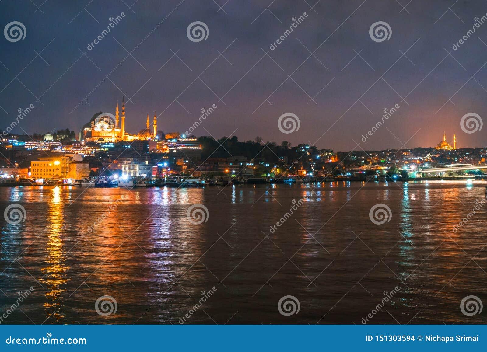 Nachtansicht von Istanbul-Stadtbild Suleymaniye-Moschee Rustem Pasha Mosque mit dem Schwimmen von touristischen Booten in Bosphor