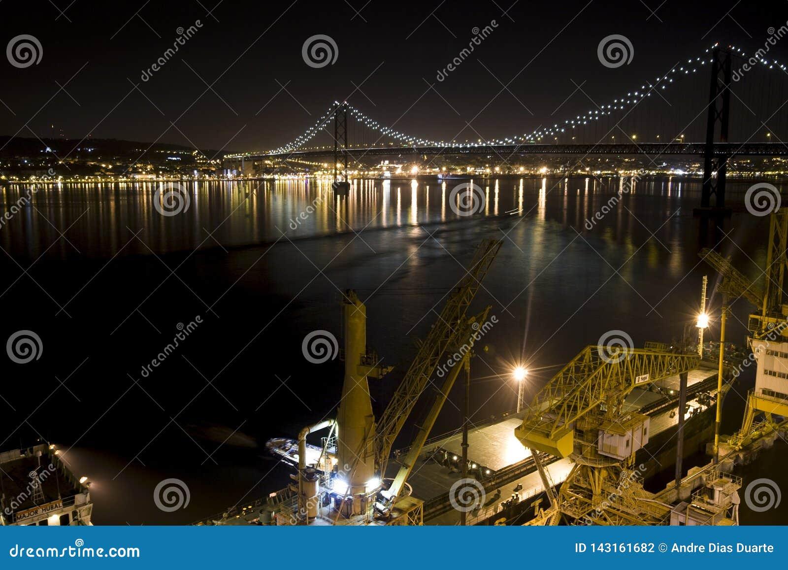 Nachtbild einer Brücke mit Lichtern