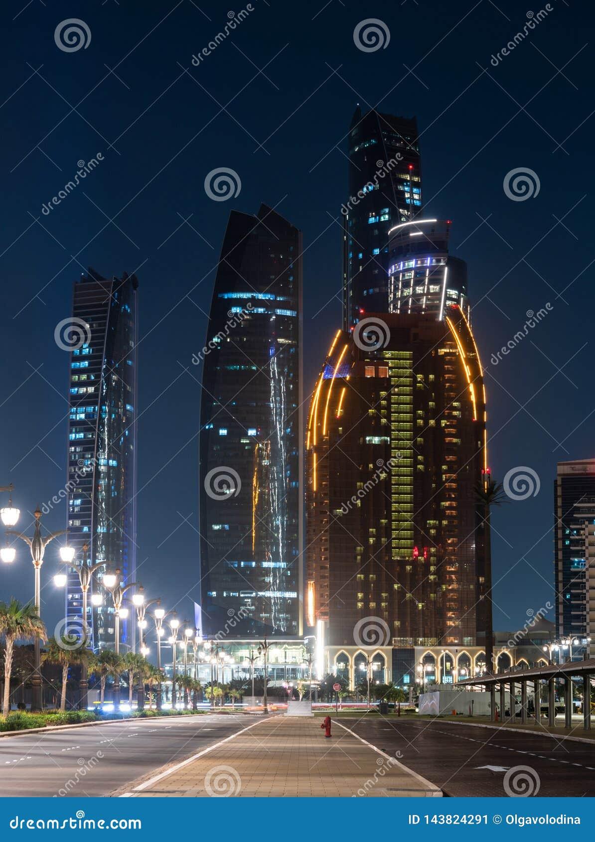 Nachtcityscape in Abu Dhabi, Verenigde Arabische Emiraten