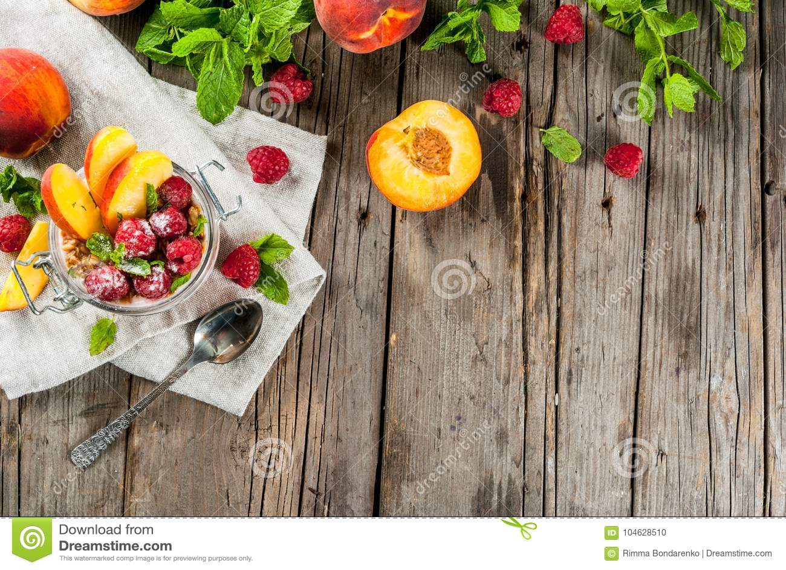 Download Nachtelijk Havermeel Met Frambozen En Perzik Stock Foto - Afbeelding bestaande uit gastronomisch, ochtend: 104628510