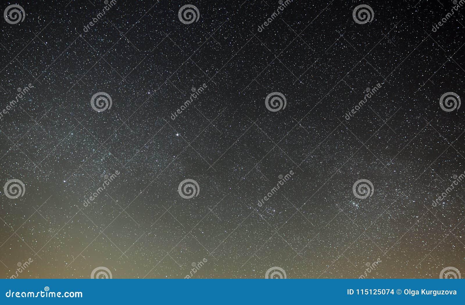 Nachthemel met een heldere ster van de Melkweg Één van het district in Moskou
