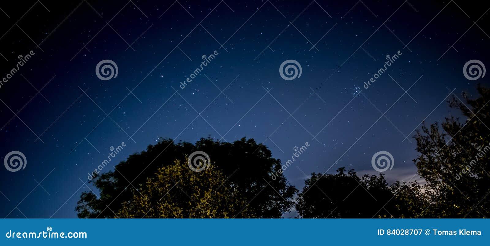 Nachthemel met stadsgloed