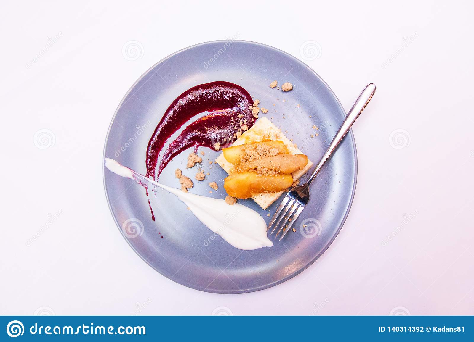 Nachtisch diente mit Trockenfrüchten im Café oder in der Bäckerei Kuchen der flüssigen Lava mit Beeren auf Platte Süßigkeitenkonz