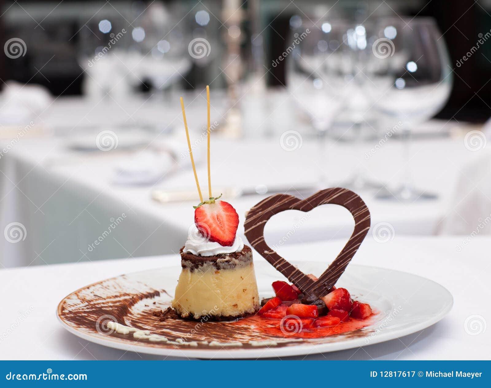 nachtisch mit erdbeeren und schokoladeninnerem stockbild bild 12817617. Black Bedroom Furniture Sets. Home Design Ideas