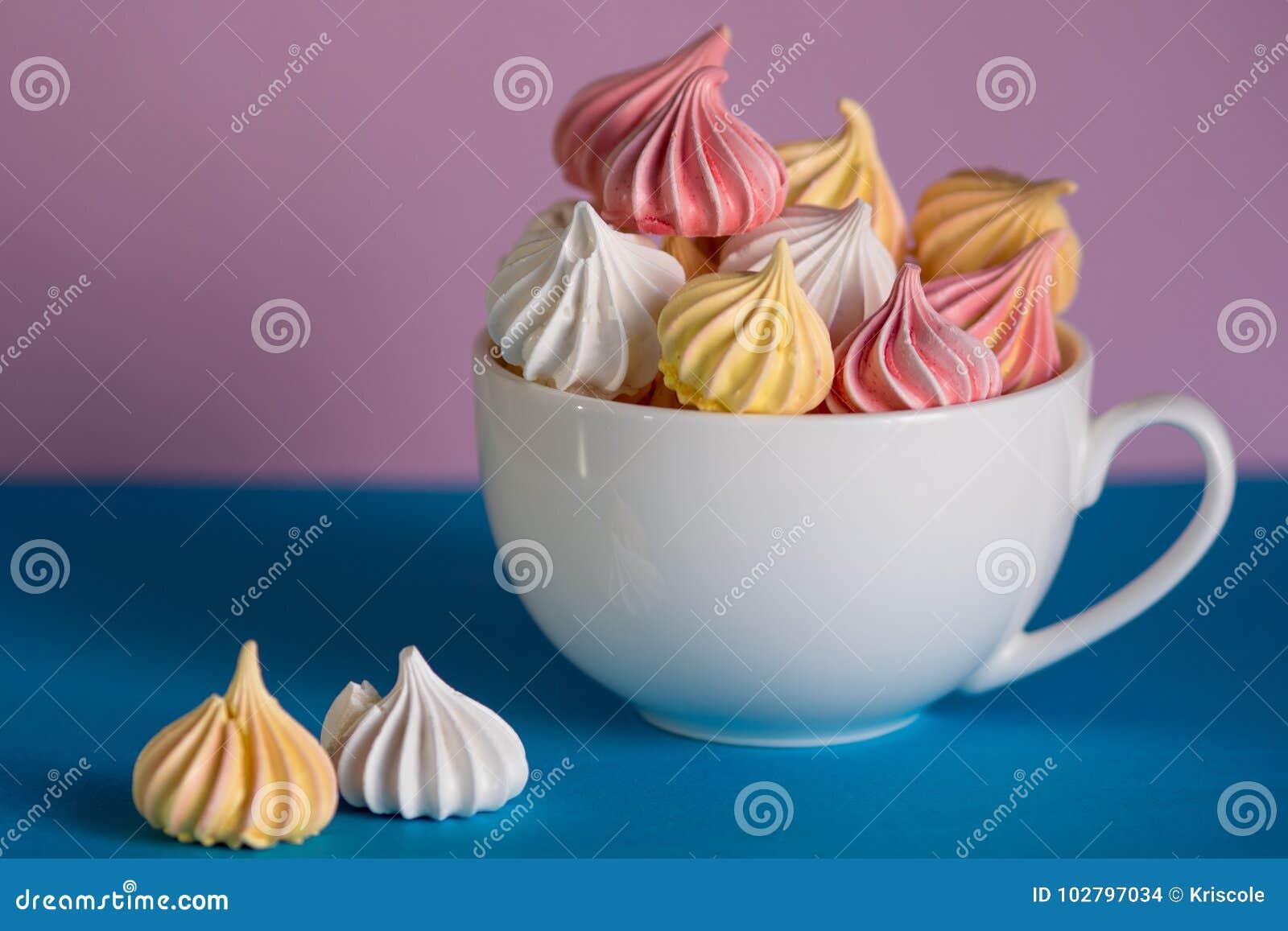 Nachtisch mit Meringe, viele bunten Meringen in der Tee Schale