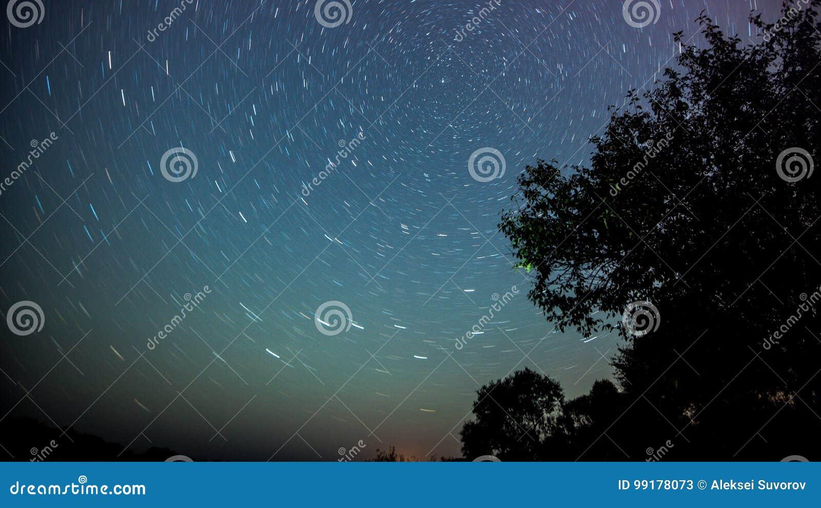 Nachtlandschap met kleurrijke Melkweg en geel licht bij bergen Sterrige hemel met heuvels bij de zomer Mooi