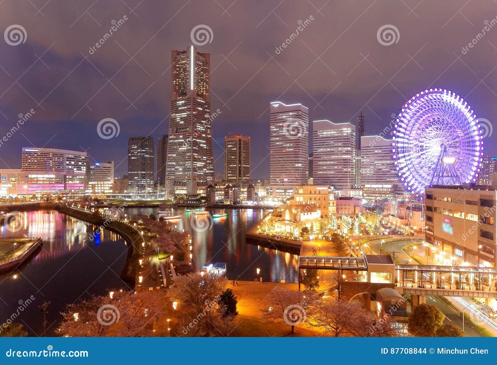 Nachtlandschap van Minatomirai-Baaigebied in Yokohama-Stad, met Oriëntatiepunttoren onder hoge stijgingswolkenkrabbers