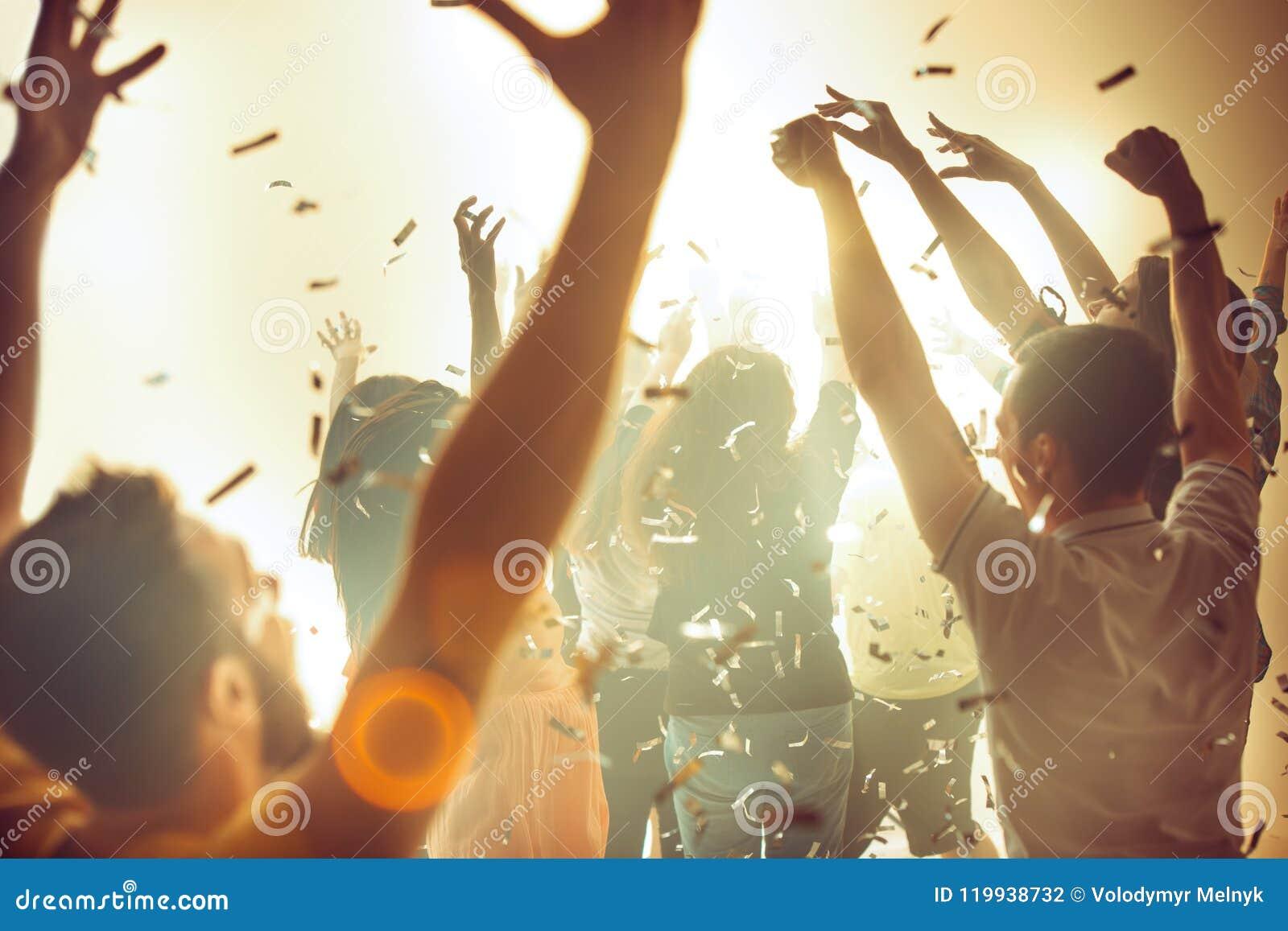Nachtleven en discoconcept De jongeren danst in club