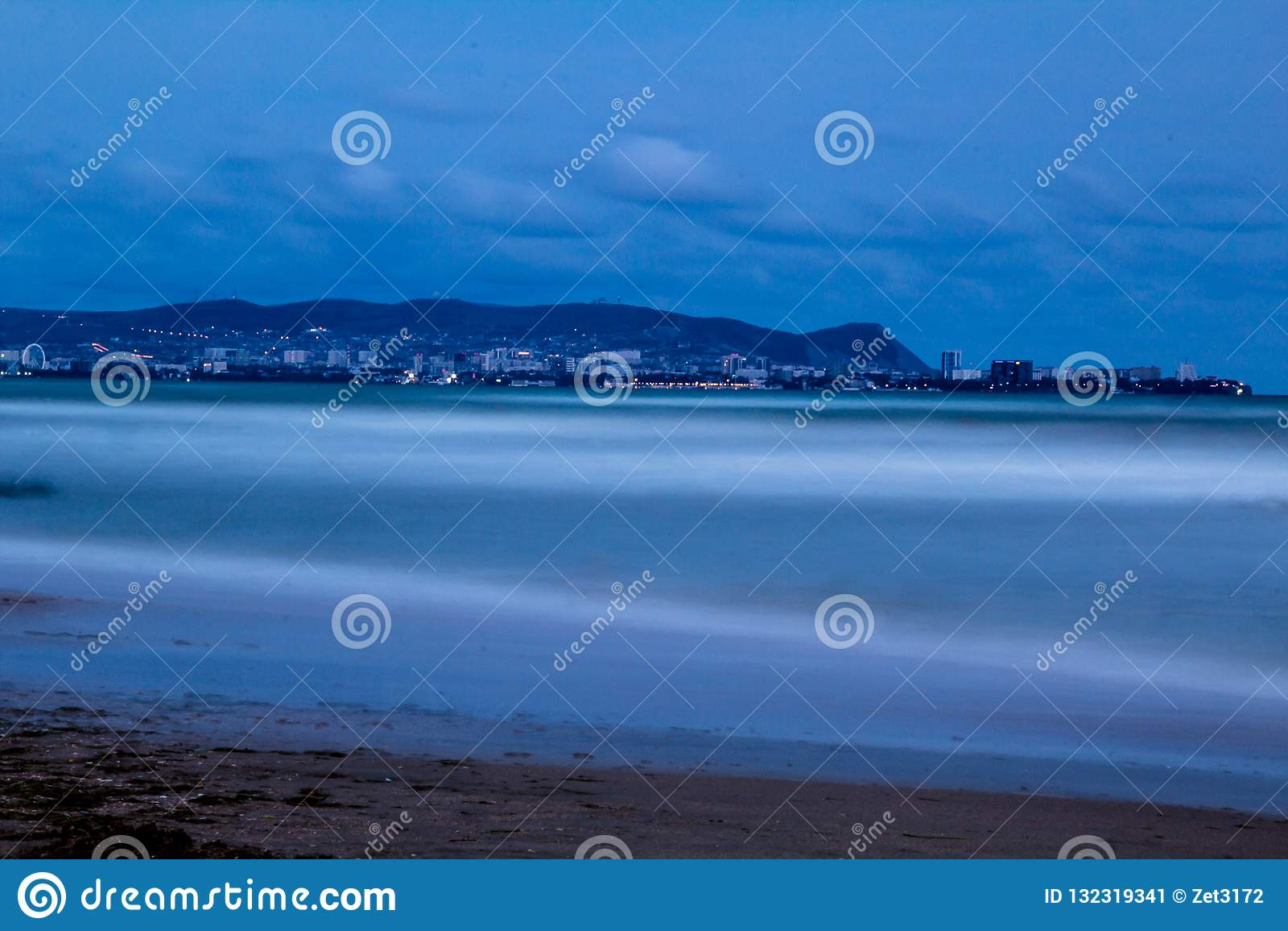 Nachtlichten van de stad op de kust