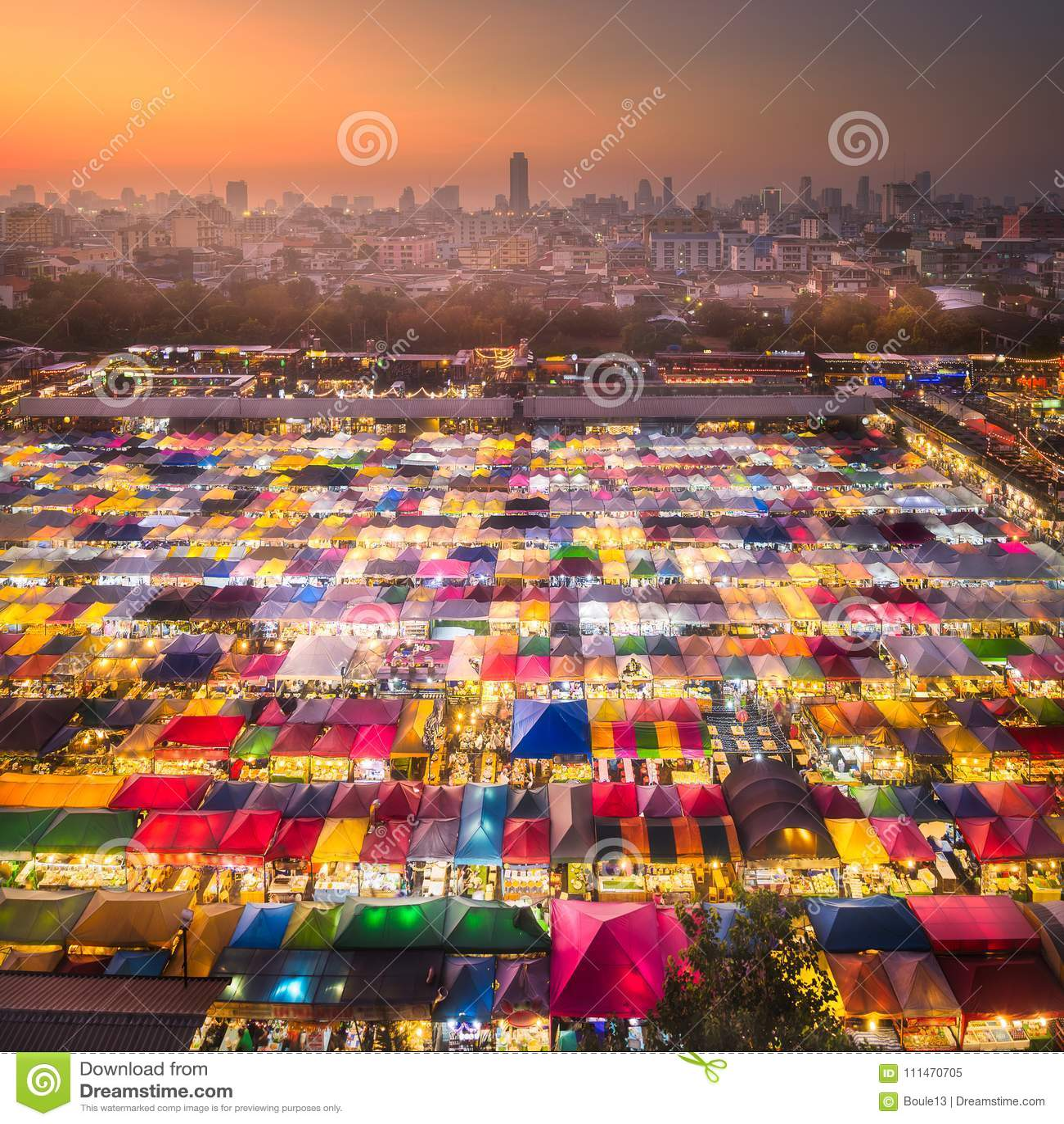 Nachtmarkt mit Straßenlebensmittel in Bangkok