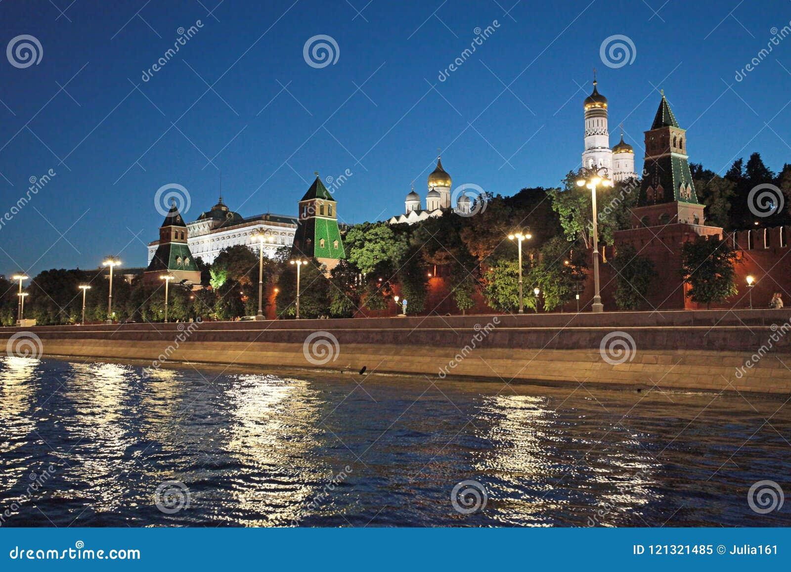 Nachtmening aan de rivier en het Kremlin van Moskou