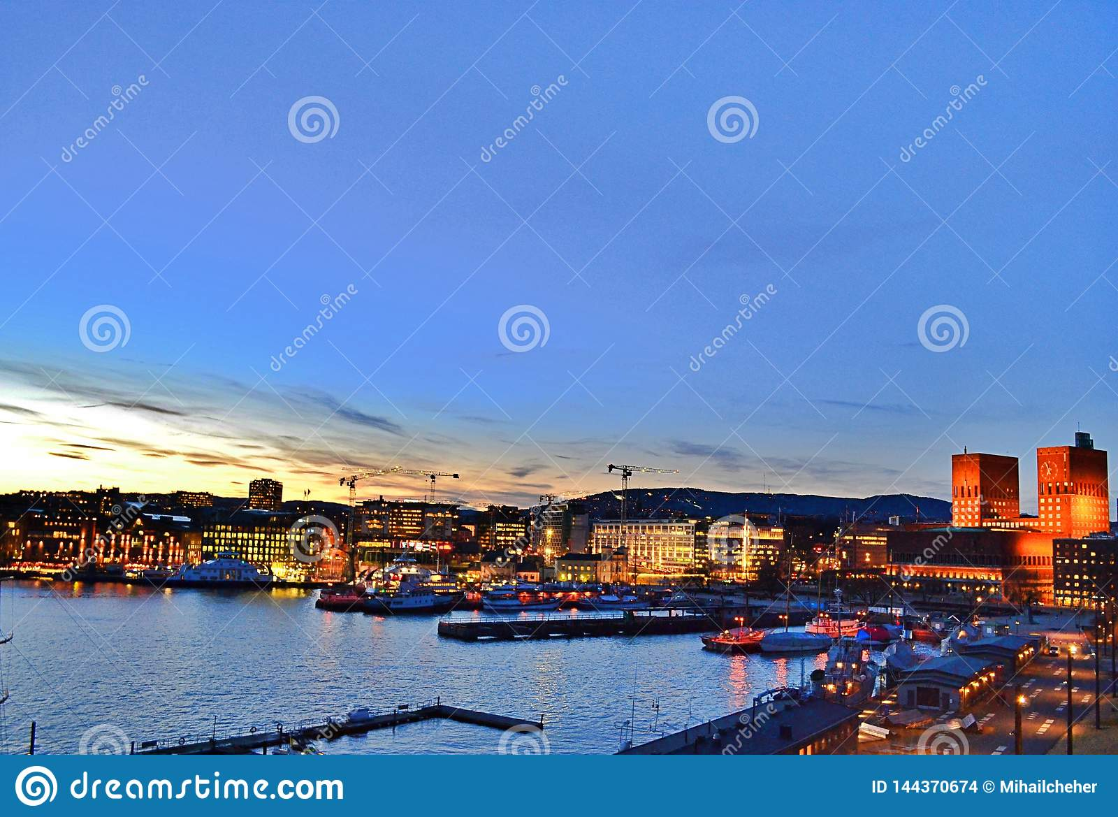 Nachtmening in het Stadhuis van Oslo, Haven en Oslo CIrt - spring 2017 op