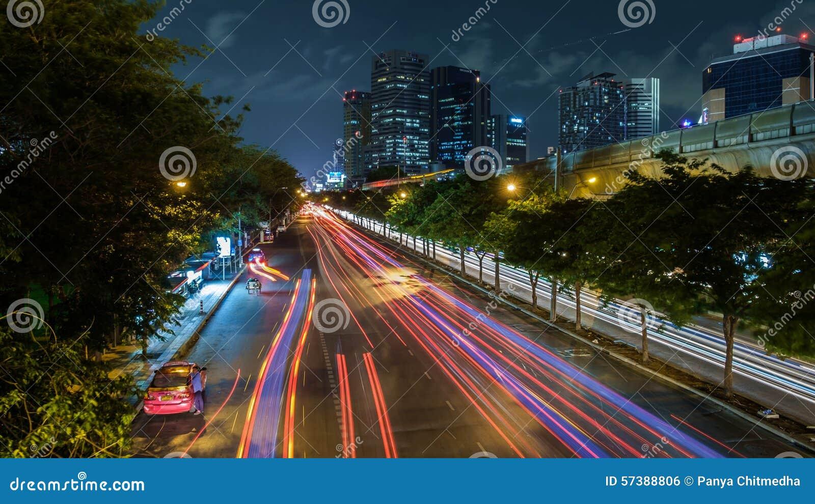 Nachtmening van Bangkok met verkeersslepen