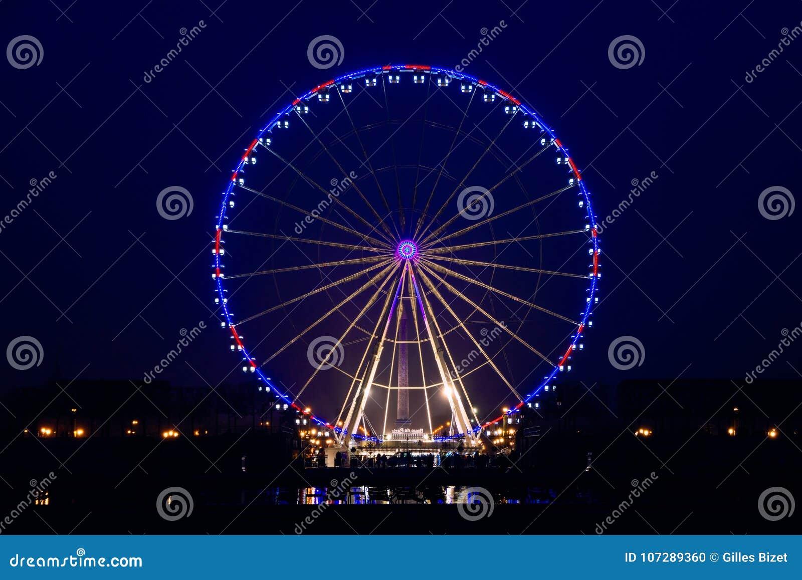 Nachtmening van groot wiel in Parijs