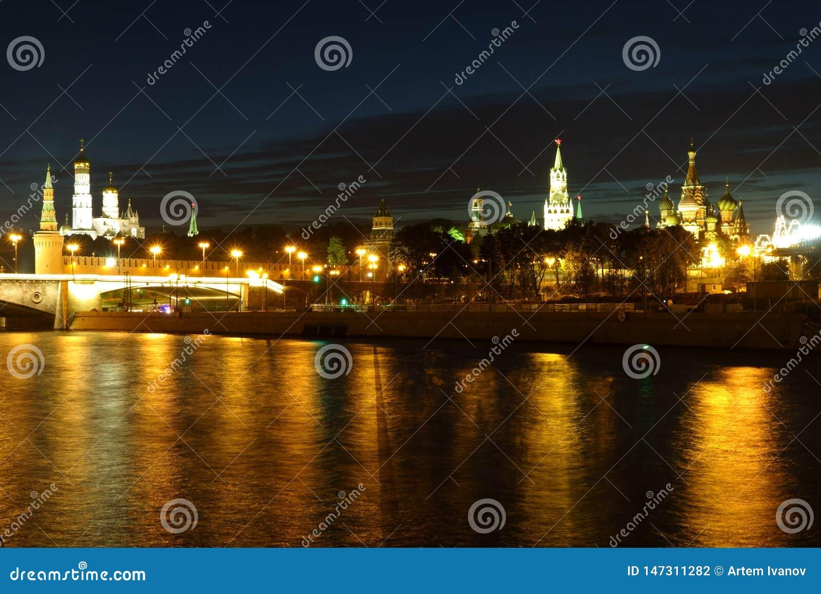 Nachtmening van het Kremlin in de gouden bezinning in de moskva-Rivier