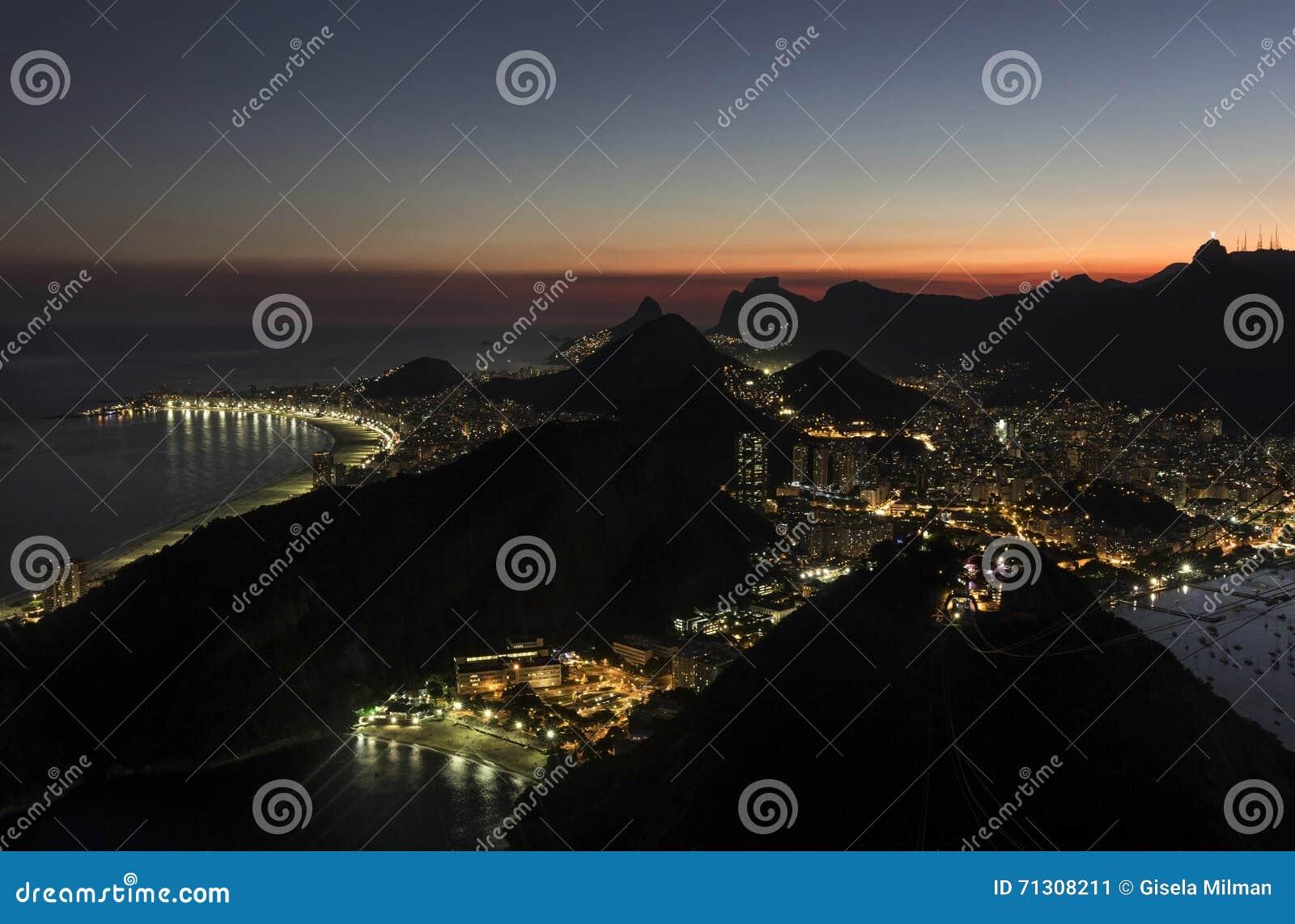 Nachtmening van Rio de Janeiro van Sugar Loaf Mountain