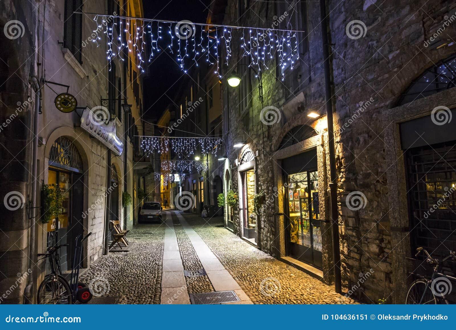 Download Nachtmening Van Via Vitani-straat In De Oude Stad Van Como, Italië Redactionele Foto - Afbeelding bestaande uit meer, steeg: 104636151