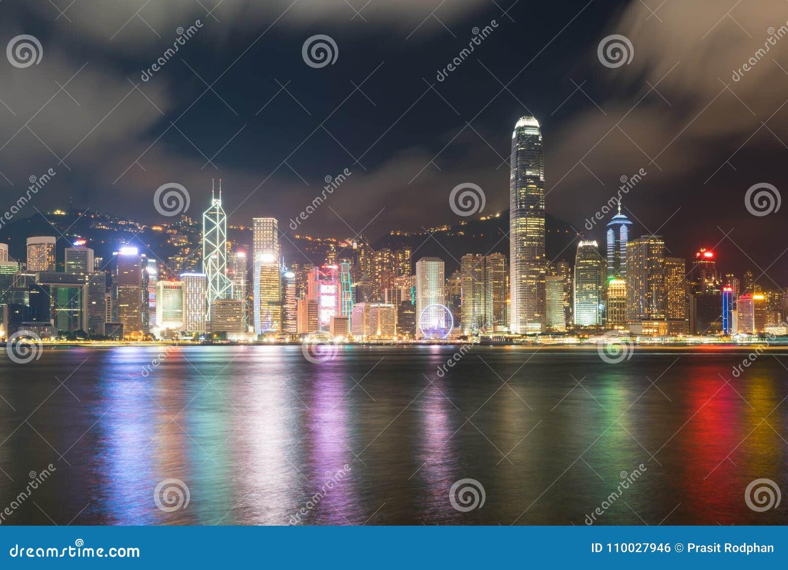 Nachtmening van Victoria Harbour in Hong Kong azië