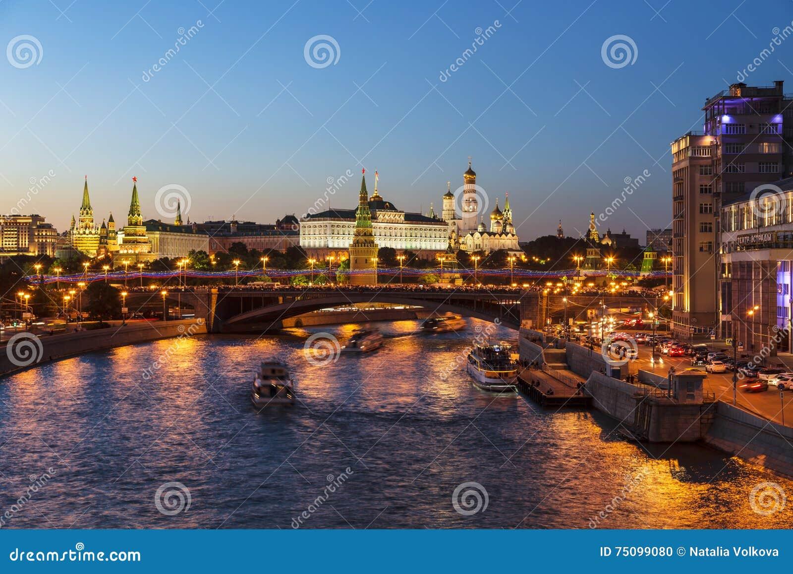Nachtmeningen van Moskou, de rivier, de brug en het Kremlin