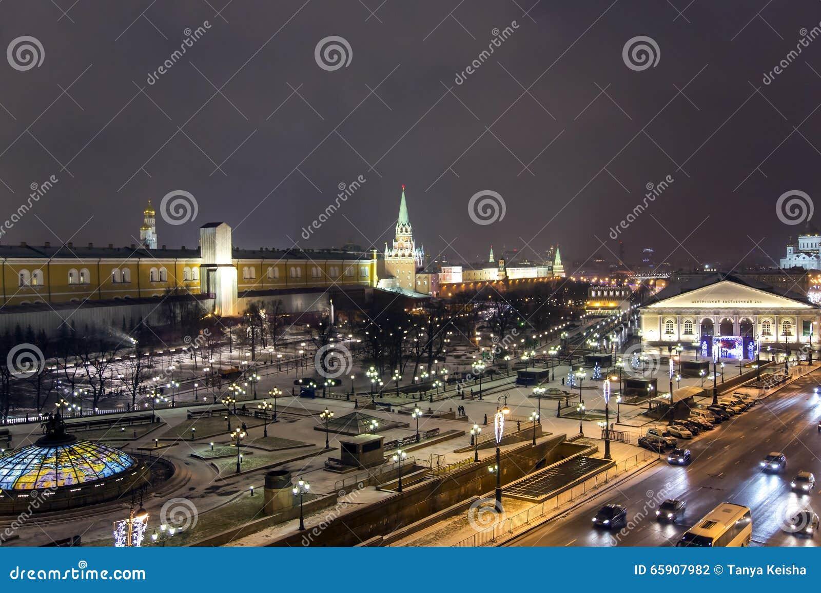 Nachtpanorama von Manege-Quadrat und von Tempel von Christus des Retters