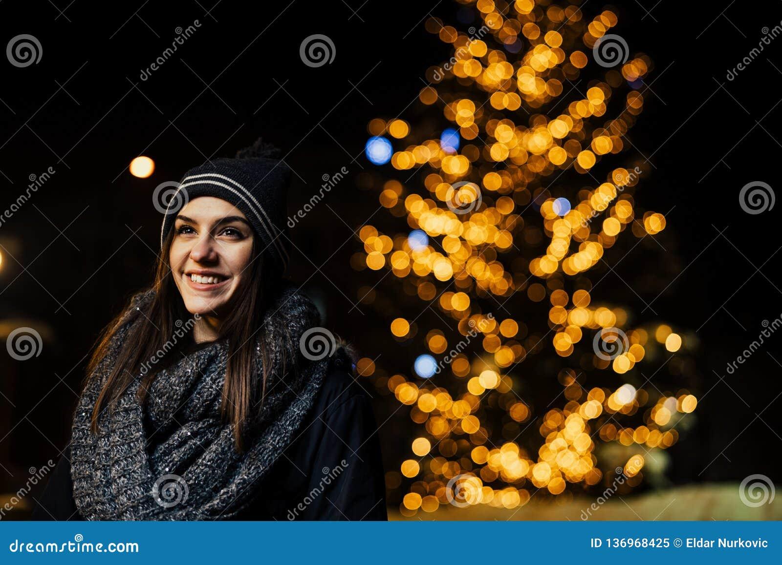 Nachtportret van een mooie donkerbruine vrouw die genietend van de winter in park glimlachen De wintervreugde De vakantie van de