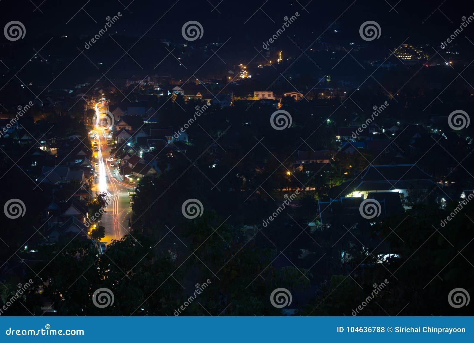 Download Nachtscène Van Cityscape Vanuit Gezichtspunt Bij Onderstel Phousi Stock Foto - Afbeelding bestaande uit laos, gezichtspunt: 104636788