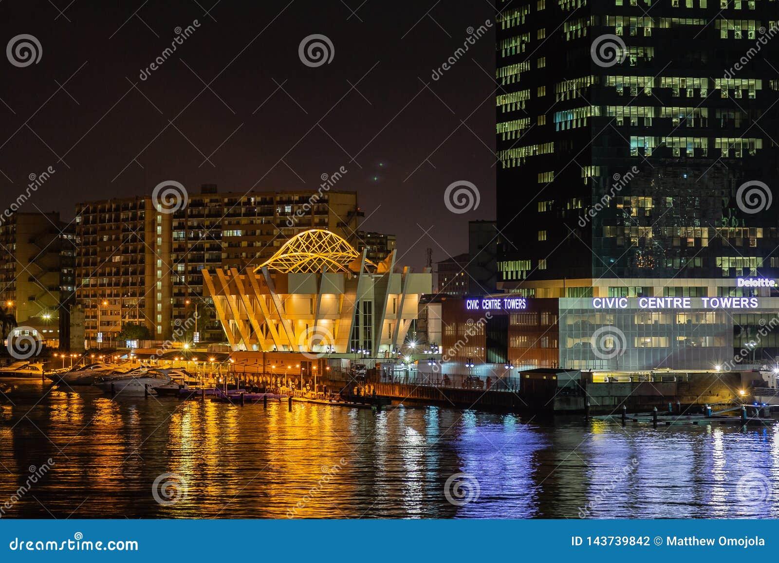 Nachtscène van dichte omhooggaande mening van de Civic Center-Torens Victoria Island, Lagos Nigeria